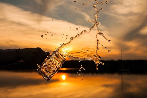 Verre d'eau (jetée) pour illustrer le rituel du matin